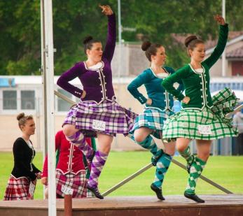 Les sports viril où tout le monde court et balance des trucs lourds c'est bien beau, mais il ne faut pas oublier les danses traditionnelles non plus !