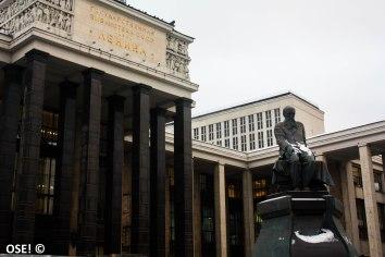 Les batiments de l'ère soviétique s'embarrassent rarement de détails inutiles, les angles droits et les gros blocs de béton sont à l'honneur.